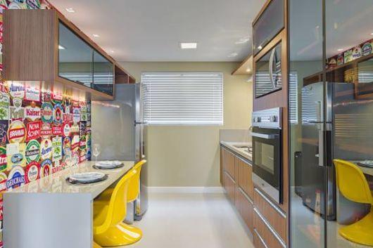 cozinha pequena com cadeiras