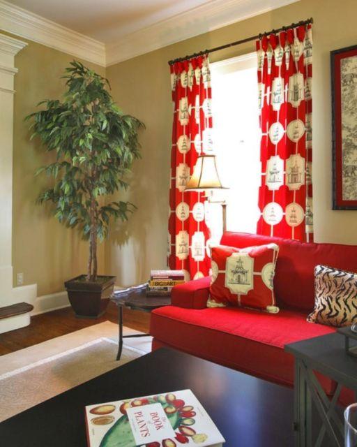 cortina estampada em sala com estofado vermelho
