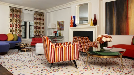 cortina estampada em sala de estar com laranja e vermelho
