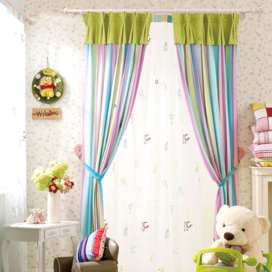 cortina estampada colorida para quarto de menino