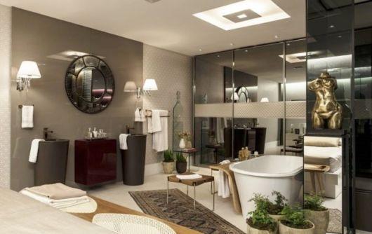 banheiro com banheira de louça e espelho fumê