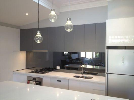 cozinha moderna com espelho fumê