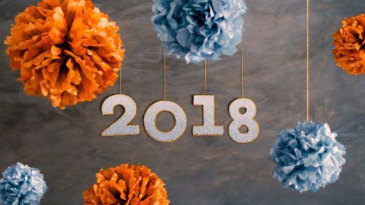 Decoração de Ano Novo simples com papel crepom
