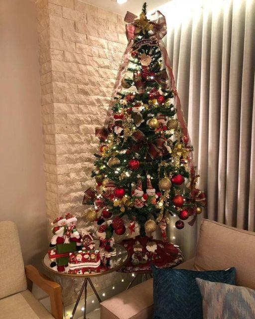 sala com árvore de natal