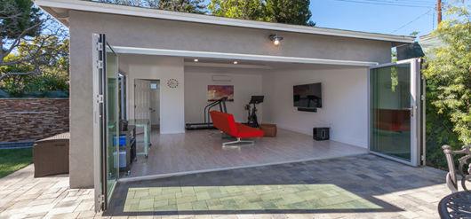 garagem simples e bonita com TV e poltrona