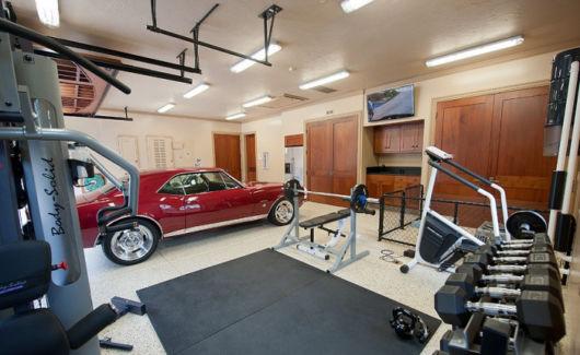 garagem simples e bonita com carro e academia