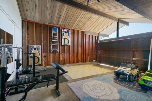 garagem simples e bonita com equipamentos de musculação