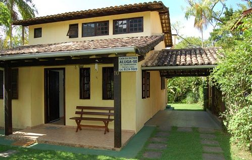 garagem simples e bonita com parede de gramado