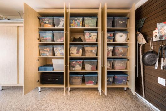 garagem simples e bonita com armários organizados