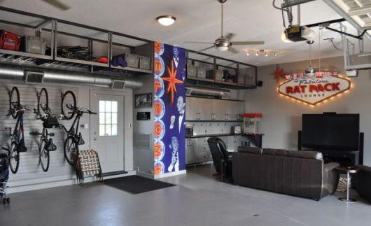 garagem simples e bonita com TV e sofá