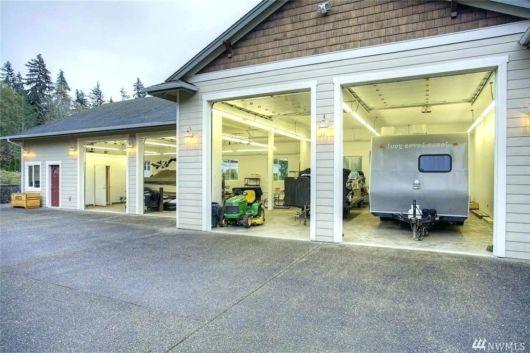 garagem simples e bonita com porta frontal
