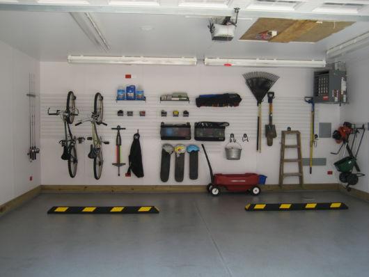 garagem simples e bonita com parede organizada