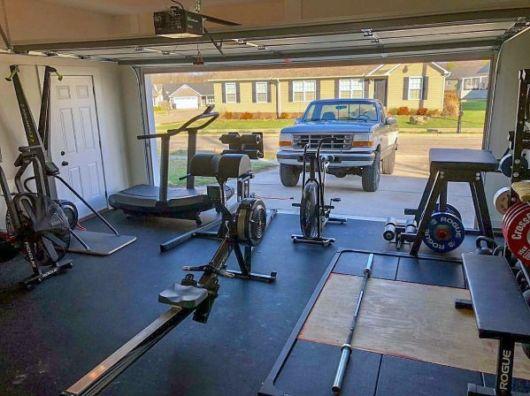garagem simples e bonita com piso emborrachado