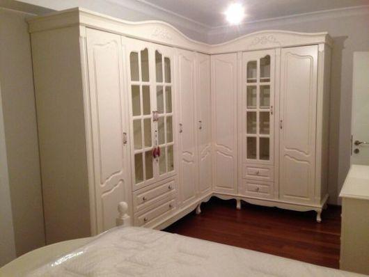 guarda-roupa de madeira branco