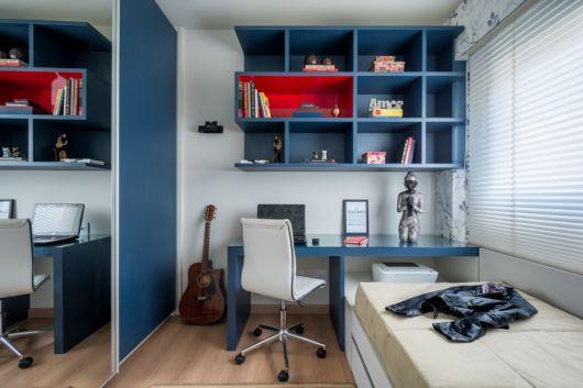 quarto de solteiro com home office