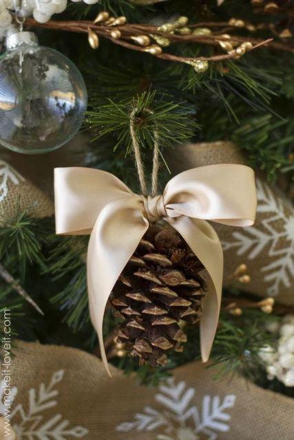 árvore de natal decorada com pinhas
