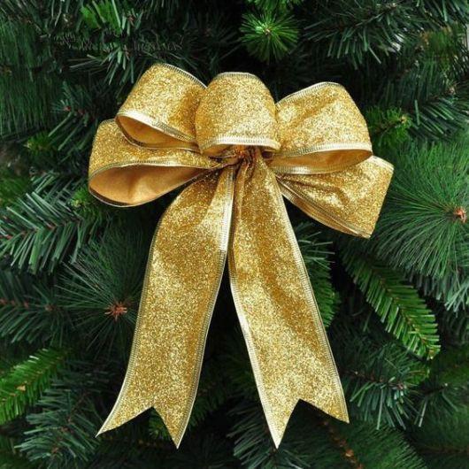 laço dourado para árvore