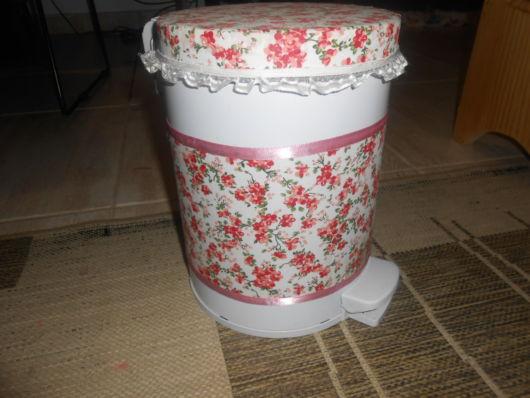 lixeira para quarto de bebê com pedal estampa floral