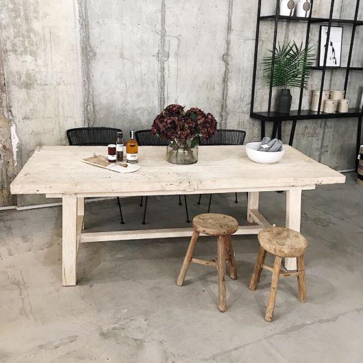 mesa de jantar retrô com banquetas