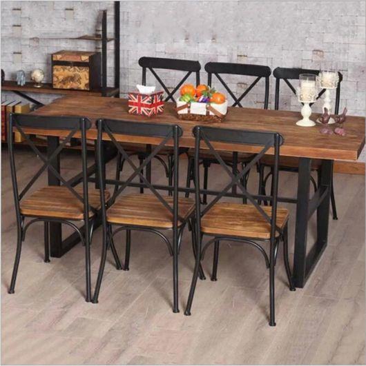 mesa de jantar retrô com cadeiras de ferro