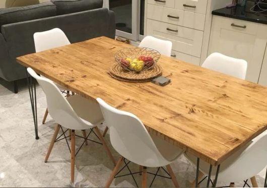 mesa de jantar retrô com cesto de frutas