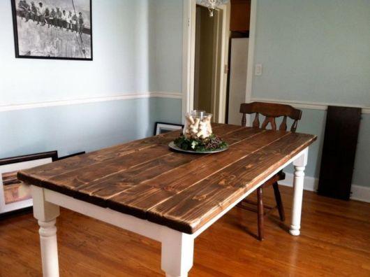 mesa de jantar retrô com arranhões