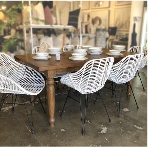 mesa de jantar retrô cor de madeira com cadeiras brancas
