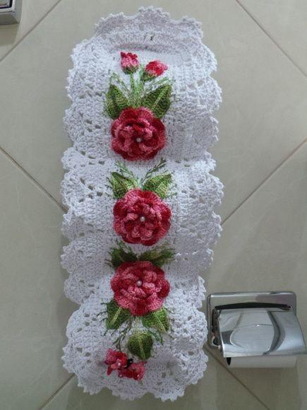 modelo branco com flor de crochê