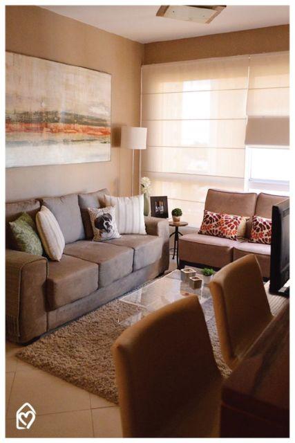 quadro para sala com sofá marrom