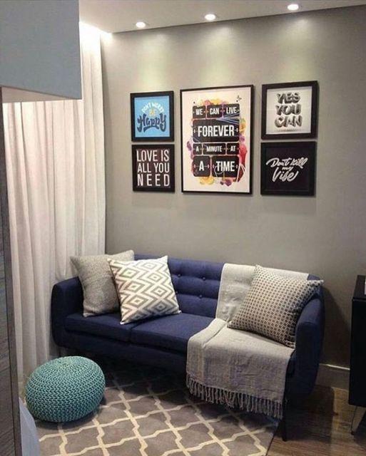 sala com sofá azul retrô