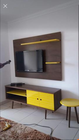rack de madeira com amarelo