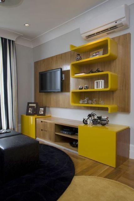 rack com painel amarelo