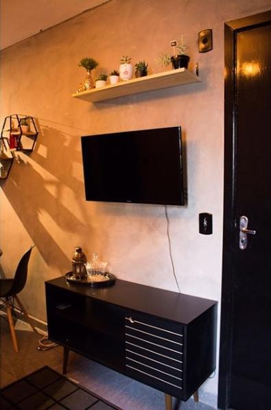 sala moderna com móveis pretos