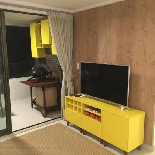 móvel amarelo sala