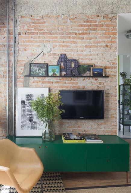 sala com parede de tijolos aparentes