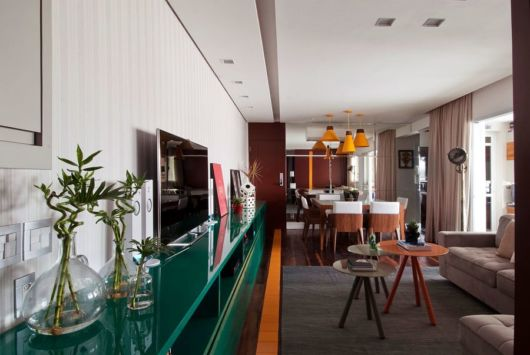 sala grande com móvel verde