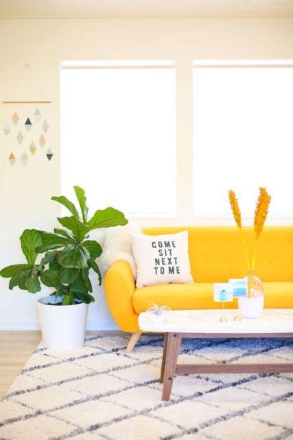 sala com sofá retrô