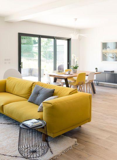 sala com sofá amarelo 2 luagares