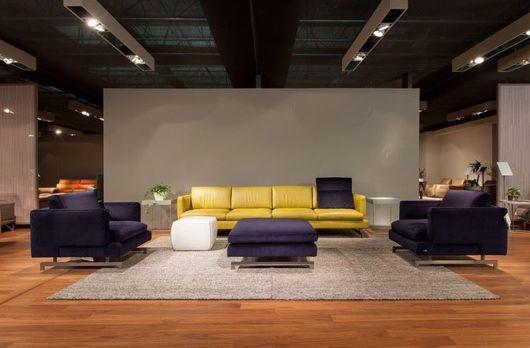 sala moderna com sofá de couro
