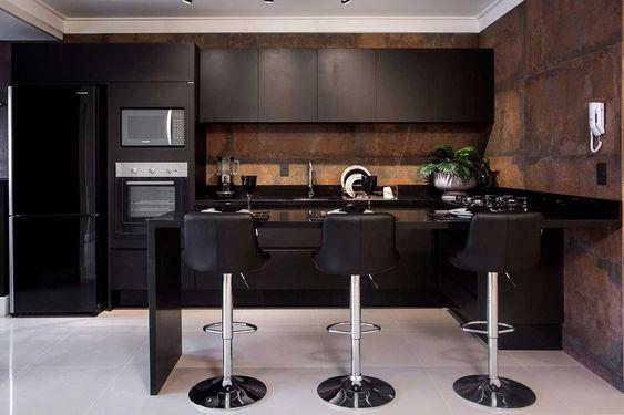 cozinha planejada com armários pretos e aço