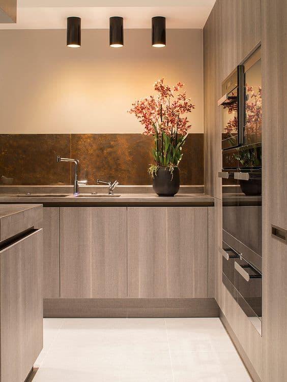 cozinha com parede de aço corten