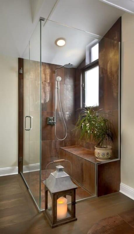 banheiro com revestimento de aço corten