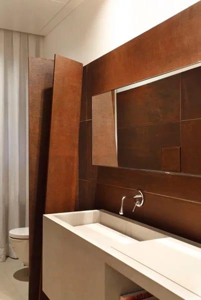 banheiro com parede de aço patinável