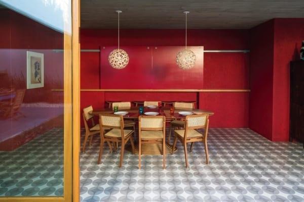 Sala de jantar com vermelho e piso quadriculado