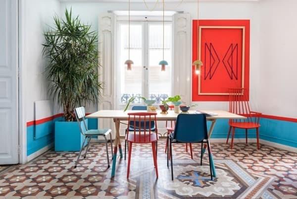 Sala de jantar decorada com vermelho e azul