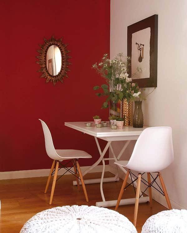 Sala de jantar simples decorada com vermelho