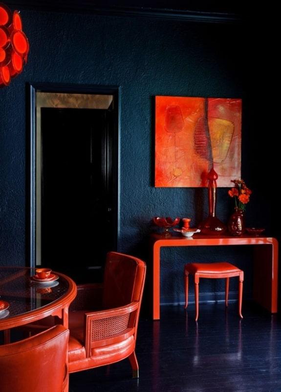 Sala de jantar azul marinho com vermelho