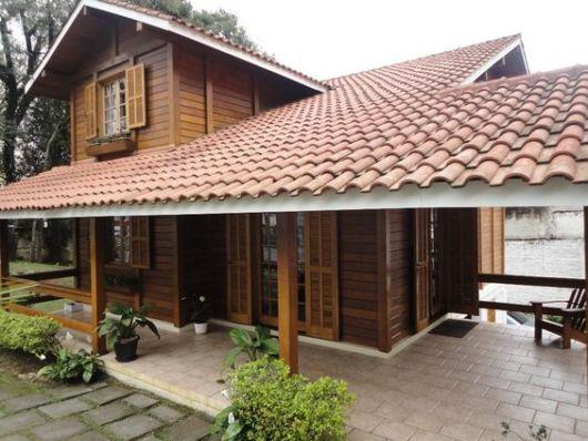 casa de madeira com varnaa