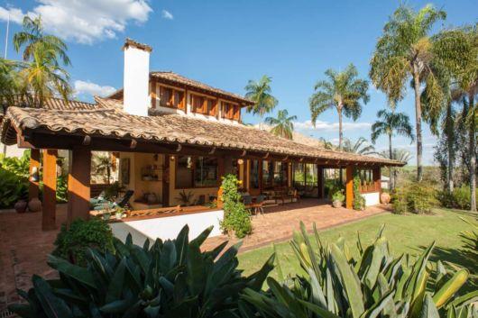 casa rústica com telhado colonial