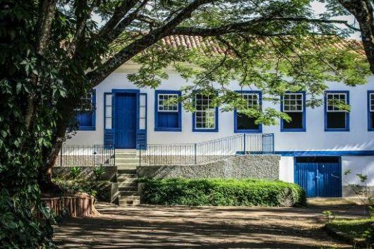 casa de campo com janelas coloridas